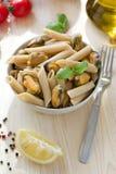 Wholegrain penne med musslor och citronen Royaltyfria Foton