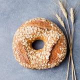Wholegrain rustiek brood met de donkere achtergrond van de zadensteen Royalty-vrije Stock Fotografie