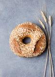 Wholegrain rustiek brood met de donkere achtergrond van de zadensteen Royalty-vrije Stock Afbeeldingen