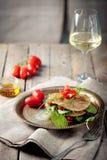 Wholegrain vlak brood met spinazie en tomaten Stock Foto's