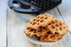 Wholegrain waffles пшеницы и овса с waffle-утюгом Стоковая Фотография RF