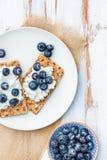 Wholegrain żyta Crispbread krakers z czarnymi jagodami Zdjęcie Stock