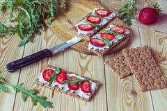 Wholegrain żyta crispbread krakers z kremowym serem, truskawka Obraz Royalty Free