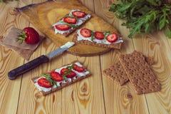 Wholegrain żyta crispbread krakers z kremowym serem, truskawka Zdjęcia Royalty Free