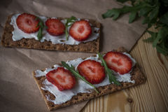 Wholegrain żyta crispbread krakers z kremowym serem, truskawka Fotografia Royalty Free