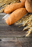 Wholemeal βρώμη ψωμιού και αλεύρι φαγόπυρου με τις ακίδες στο παλαιό ξύλινο υπόβαθρο Στοκ φωτογραφία με δικαίωμα ελεύθερης χρήσης