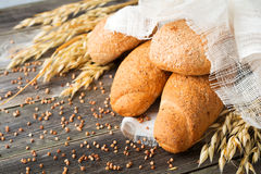 Wholemeal βρώμη ψωμιού και αλεύρι φαγόπυρου με τις ακίδες στο παλαιό ξύλινο υπόβαθρο Στοκ Εικόνα