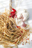 Wholemeal σκόρδο μακαρονιών και έλαιο τσίλι Στοκ Φωτογραφία