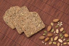 Wholemeal ψωμί και καρύδια Στοκ φωτογραφία με δικαίωμα ελεύθερης χρήσης