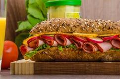 Wholemeal baguette με τους καπνισμένους γλουτούς Στοκ Εικόνες