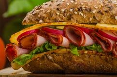 Wholemeal baguette με τους καπνισμένους γλουτούς Στοκ εικόνες με δικαίωμα ελεύθερης χρήσης