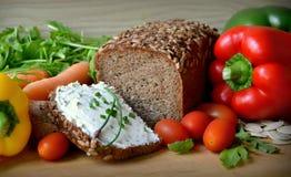 Wholemeal chleb z masłem i warzywami Zdjęcia Royalty Free