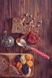 Wholemeal chleb z morelowym dżemem Obrazy Stock