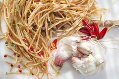Wholemealspagettivitlök och Chili Oil Royaltyfria Bilder