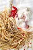Wholemealspagettivitlök och Chili Oil Arkivfoto