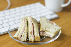 Wholewheat de sandwich van de hamkaas op het werk stock afbeeldingen