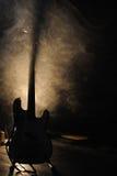 从WhoMadeWho带的吉他,执行在音乐厅 库存图片