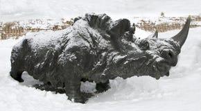 Whooly noshörning, Archeopark, Khanty - Mansiysk, Ryssland lokaliserade på foten av den is- kullen, Archeopark visar naturtrogen  Arkivfoto
