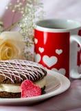 Whoopee饼和心脏抢劫与玫瑰 免版税库存图片
