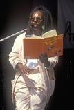 Whoopi Goldberg läser dren Seuss till ungar på Rainforestfördelen, grekisk teater, Los Angeles, Kalifornien arkivbild