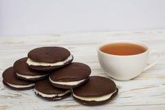 Whoopie饼和一杯茶 免版税库存照片