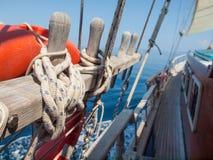 Wiążący z arkany na drewnianej żeglowanie łodzi Fotografia Royalty Free