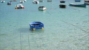 Wiązane łodzie kiwają w krysztale - jasna woda zatoka zdjęcie wideo