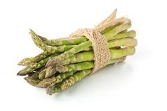 Wiązany plik świeży rżnięty surowy, uncooked zielony szparagowy warzywo, Obrazy Royalty Free