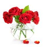 Wiązek czerwone róże w szklanej wazie zdjęcia royalty free