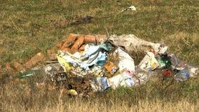 Wiązka śmieci na trawie zdjęcie wideo