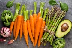 Wiązka świeży asparagus na drewnianym stole Zdjęcie Stock