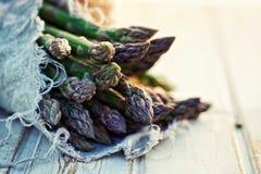 Wiązka świeży, zielony asparagus, Obrazy Stock