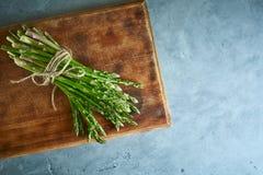 Wiązka asparagus na drewnianej tnącej desce Obrazy Stock
