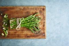 Wiązka asparagus na drewnianej tnącej desce Zdjęcia Stock