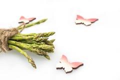 Wiązka asparagus wiązał z arkaną, motyle fotografia stock