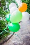 Wiązka balony lata wiatrem zdjęcia stock
