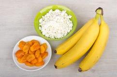 Wiązka banany, chałupa ser w pucharze i wysuszone morele, Obraz Royalty Free