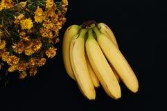 Wiązka banany na czarnym tle Świeży organicznie banan, Świezi banany na kuchennym stole Zdjęcie Stock