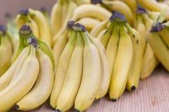 Wiązka banany na pudełkach w supermarkecie żółci banany w supermarkecie Zdjęcie Stock