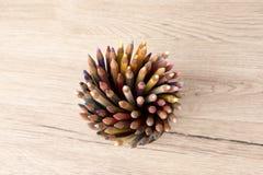 Wiązka barwiony ołówka tempo na drewnianym Obrazy Stock
