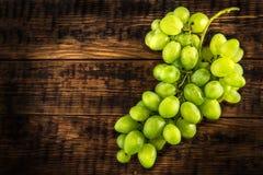 Wiązka biały winogrono na drewnianym stole zdjęcie royalty free