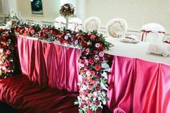 Wiązka czerwone róże, pionies i ranunculus jako część wedd, Fotografia Stock