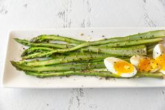 Wiązka gotujący asparagus z jajkiem obraz royalty free