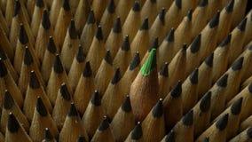 Wiązka identyczni grafitowi ołówki w obracaniu na czarnym tle zdjęcie wideo