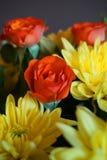 Wiązka jesień kwitnie z pomarańczowymi różami i żółtymi chryzantemami zdjęcia royalty free