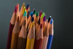 Wiązka kolorów ołówki w stojaku Fotografia Stock