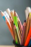 Wiązka kolorów ołówki w stojaku Obrazy Stock