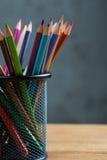 Wiązka kolorów ołówki w stojaku Zdjęcie Royalty Free