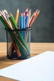 Wiązka kolorów ołówki w stojaku Zdjęcia Royalty Free