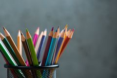 Wiązka kolorów ołówki w stojaku Obraz Stock